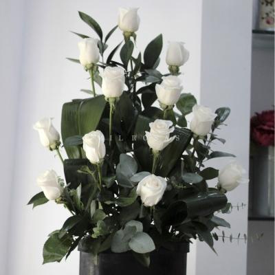 Centro de rosas blancas Triangle